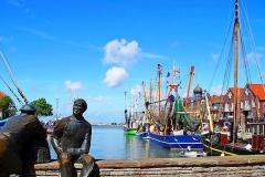 Krabbenfischer-Denkmal-Neuharlingersiel-Hafen01